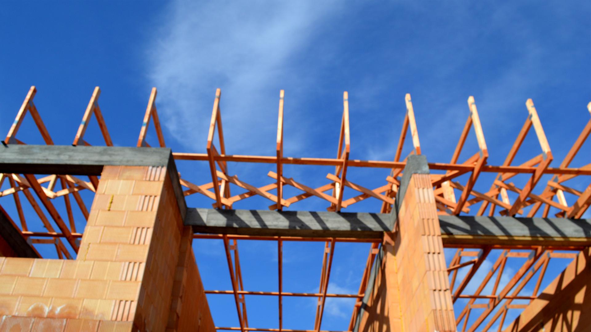 Väzníkový krov na bytovom dome v Hrubej Borši